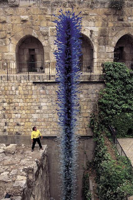 在耶路撒冷展出的巨大玻璃雕塑 (Photo by chihuly.com)