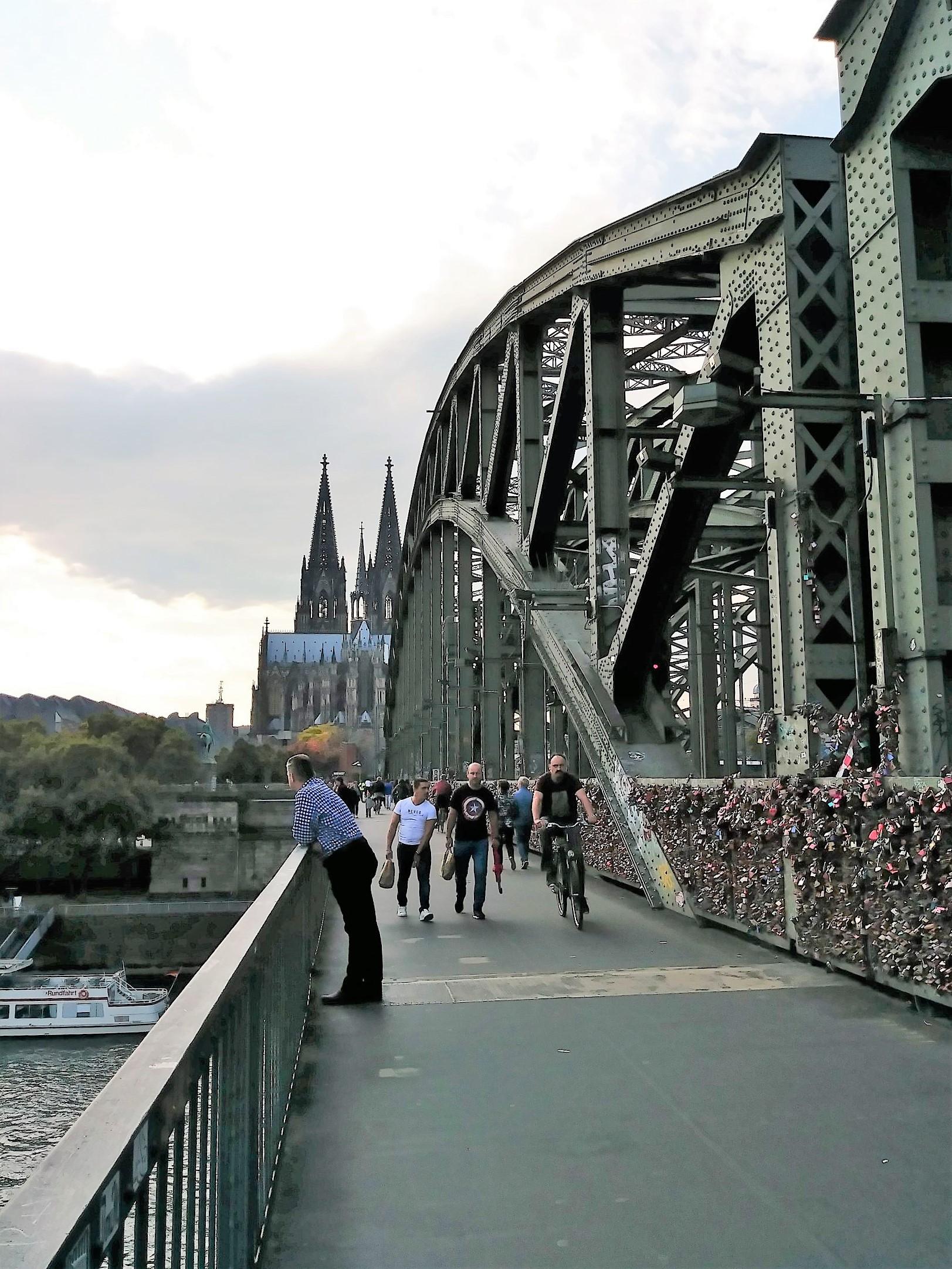 橋的外側為行人與自行車專用道
