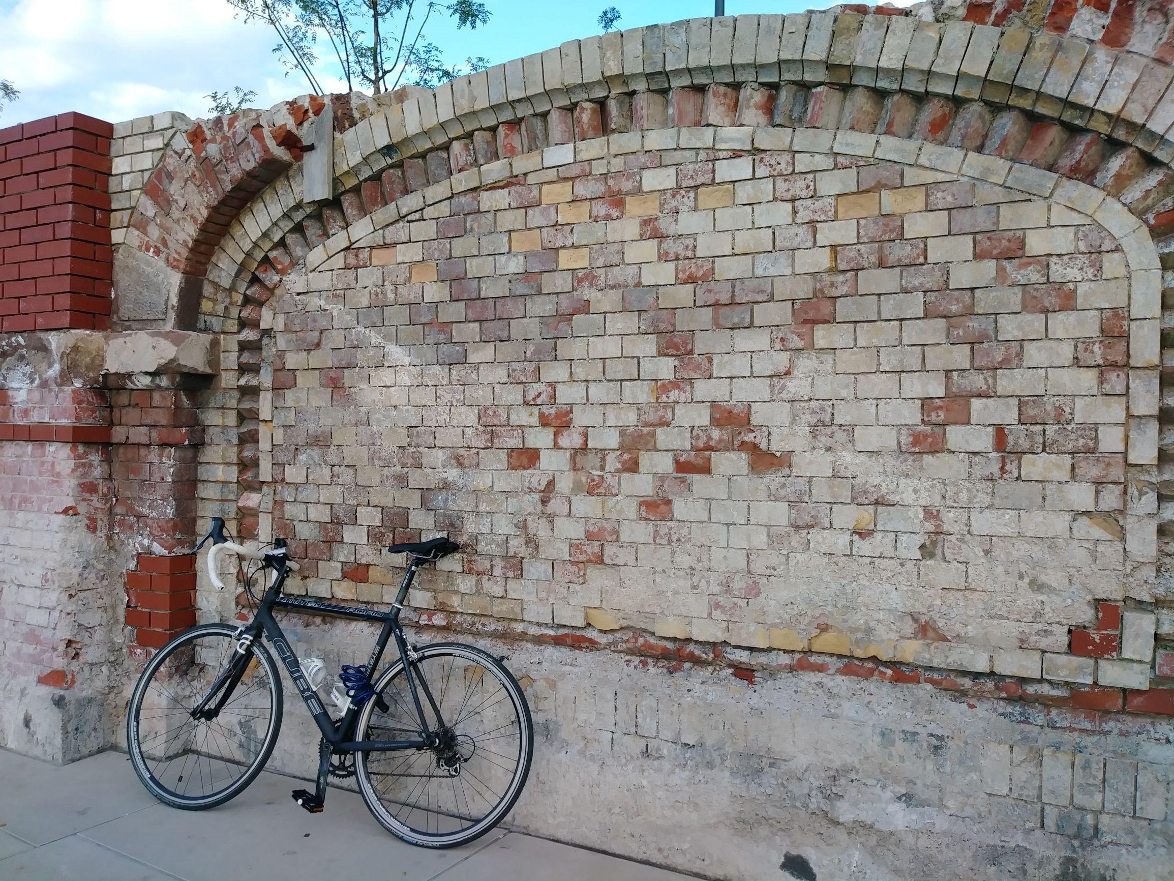 愛情橋旁的古牆及随意放置的腳踏車