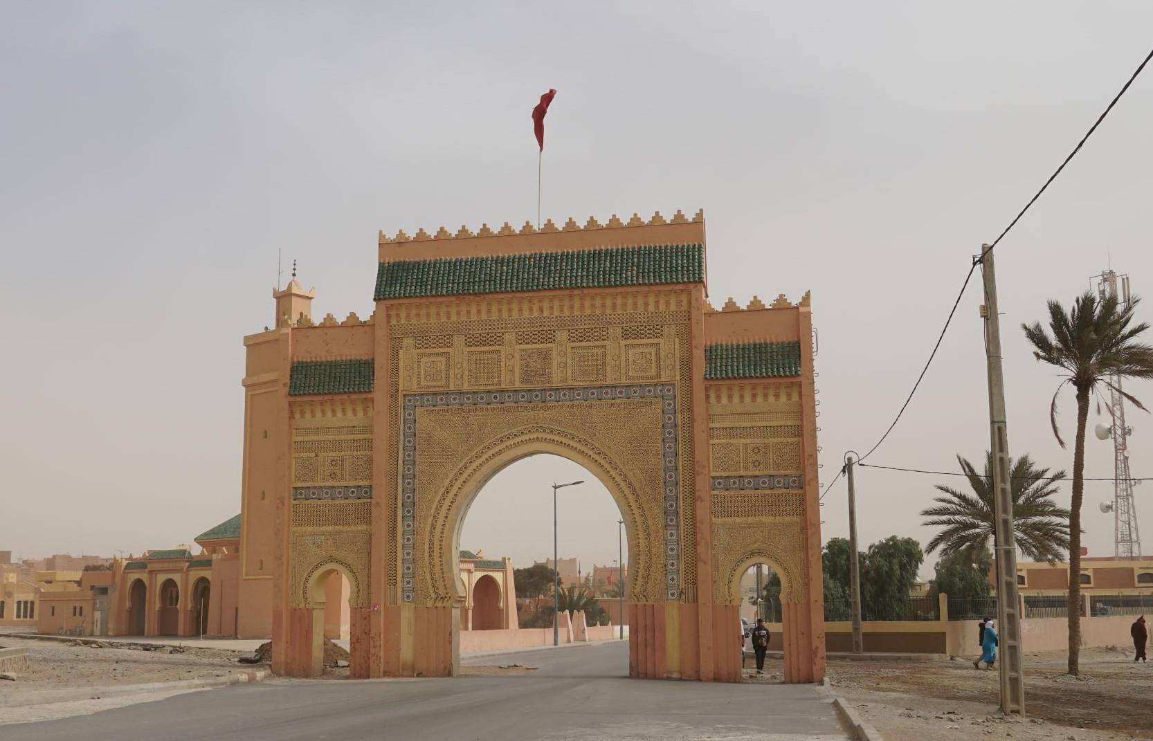 進了城門就是沙漠小鎮里薩尼 (Rissani)