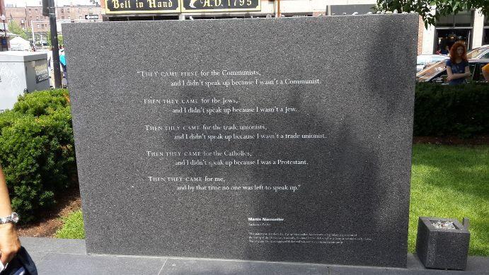 美國麻薩諸塞州波士頓的新英格蘭猶太人大屠殺紀念碑石碑 引自WIKI起初他們