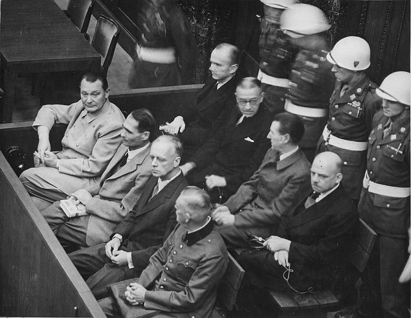 紐倫堡審判中(從左向右)的戈林、赫斯、里賓特洛甫、凱特爾,後排:鄧尼茨、雷德爾、席拉赫、紹克爾 引自 wiki 紐倫堡審判