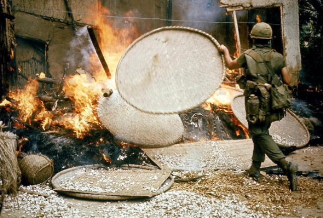 美軍於屠殺村民後放火燒村