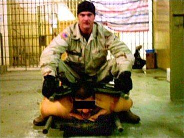 美軍凌辱性虐待伊拉克俘虜 引自wiki