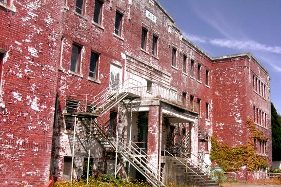 前寄宿學校,已於2015年拆毀 引自WIKI