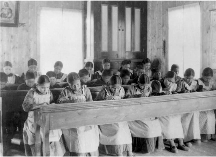 加拿大原住民學童於寄宿學校中讀書 引自WIKI