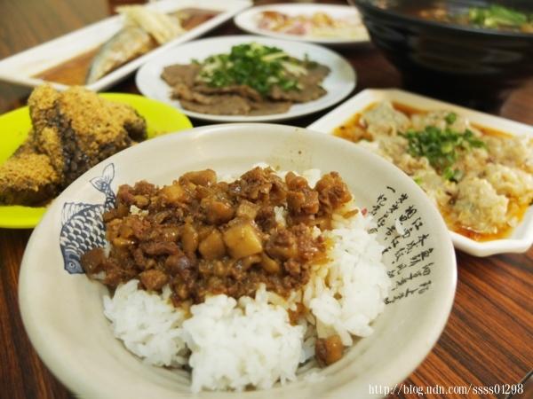 肉燥飯30元。幾乎每桌必點肉燥飯,肉燥丁有肥有瘦,很有傳統南部的口味。