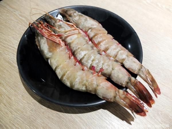 「小琉球燒肉王」不定期會推出優惠活動,當天除了打卡分享就送超大隻的海之蝦,若是當日壽星來用餐會送哈根達斯冰淇淋!