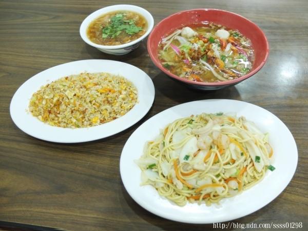 美味的餐點通通上桌囉!這次點的是肉羹、櫻花蝦炒飯、什錦炒麵和鮪魚飯湯。